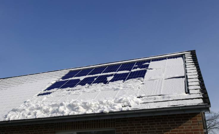 W jaki sposób działają panele fotowoltaiczne? Czy instalacja fotowoltaiczna wytwarza prąd przez cały rok?