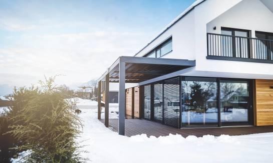 Czym są żaluzje fasadowe? Dlaczego warto z nich skorzystać?