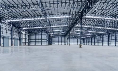 Jakie standardy powinna spełniać przemysłowa hala stalowa?
