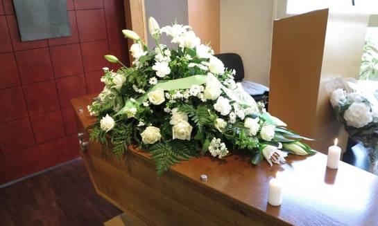 Jak przebiega pogrzeb świecki i czym różni się od tradycyjnego?