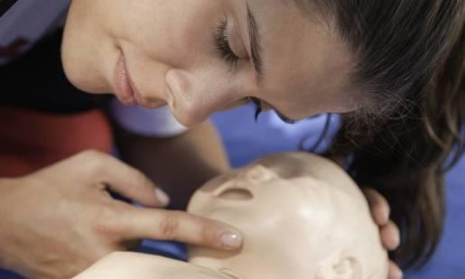 Kto powinien przejść obowiązkowo kurs pierwszej pomocy dla dzieci?