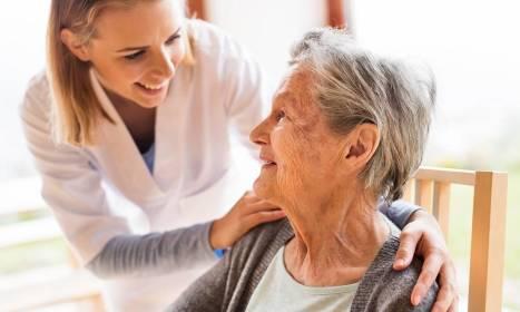 Jakie kwalifikacje powinny mieć opiekunki zajmujące się osobami starszymi?