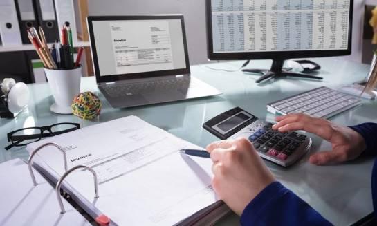 Ręcznie czy automatycznie - jak spisywać dane z faktur?