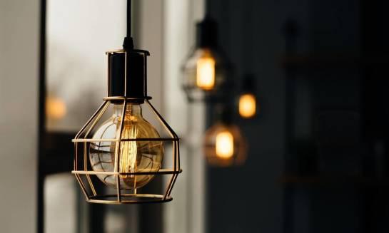 Czym charakteryzują się ozdobne żarówki LED i jak można je wykorzystać?
