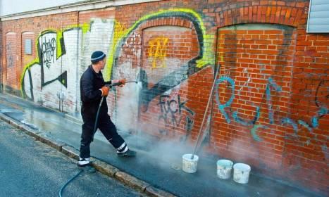 Jak trwale usunąć graffiti ze ściany budynku?