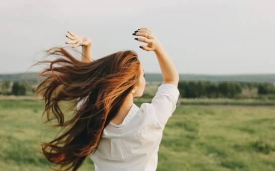 Zasady, które pozwolą zapuścić Ci zdrowe i lśniące włosy