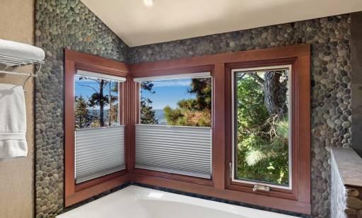 Ciekawe pomysły na wystrój okien bez użycia firan