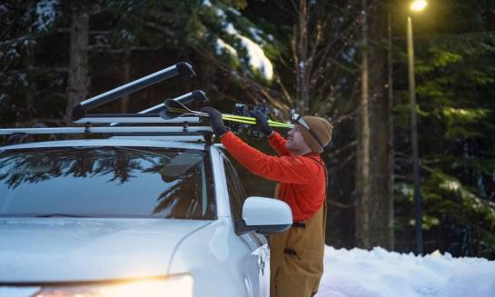 Czym charakteryzują się uchwyty narciarskie do samochodów?