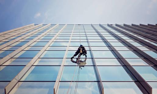 Mycie elewacji szklanych, okien na wysokości - komu zlecić usługę?