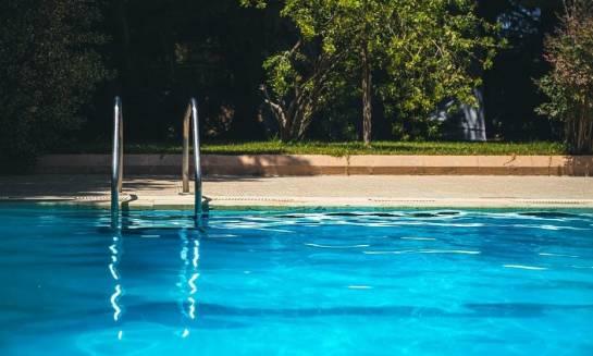 Jak skutecznie zabezpieczyć basen przed zanieczyszczeniami?