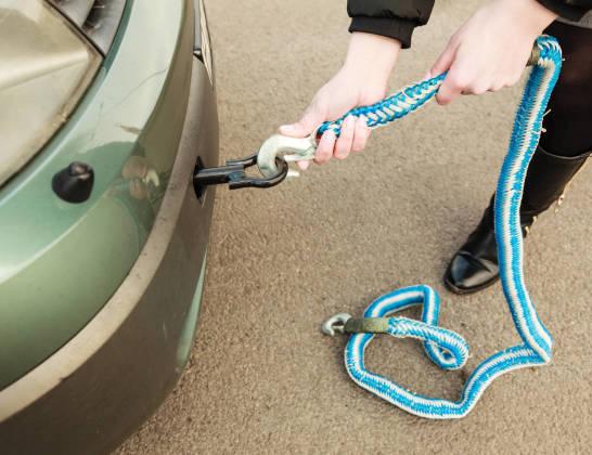 Zasady prawidłowego holowania samochodu