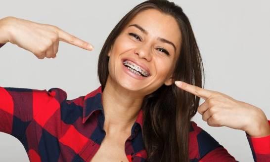Aparaty ortodontyczne stałe a ruchome