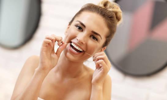 Nitkowanie zębów. Jak używać nici dentystycznej?