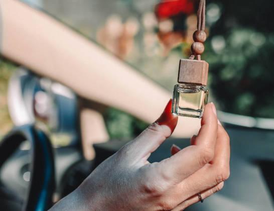 Dlaczego warto korzystać z nalewanych perfum do samochodu?