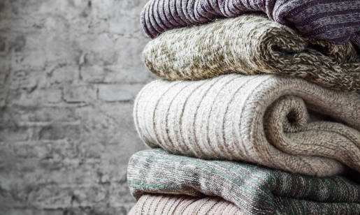 Dzianina a tkanina – czym jest i jak ją nosić?