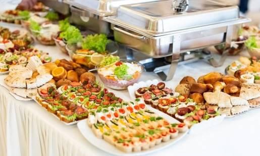 Catering na imprezy firmowe i spotkania biznesowe. Na co zwracać uwagę?