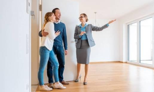 Sprzedawać mieszkanie/dom z pośrednikiem czy samodzielnie?