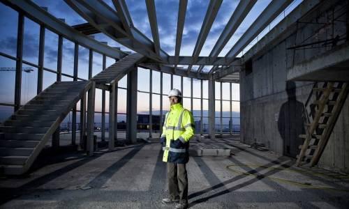 Współpraca między inwestorem a generalnym wykonawcą przy budowie hali stalowej