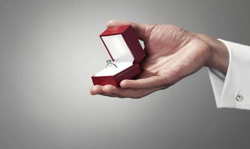 Jak wybrać pierścionek zaręczynowy i zmierzyć rozmiar?