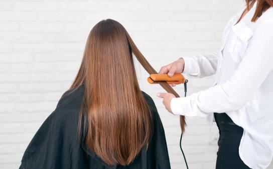 Czy keratynowe prostowanie niszczy włosy? Fakty i mity na temat zabiegu
