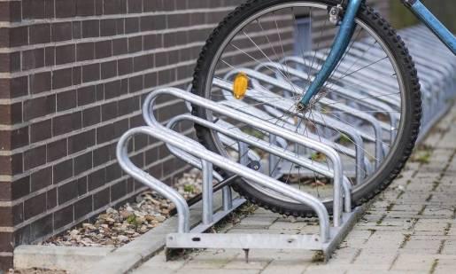 Stojaki rowerowe jako udogodnienie dla wielbicieli jednośladów