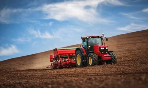 Zalety trzypunktowych układów zawieszenia w ciągnikach rolniczych