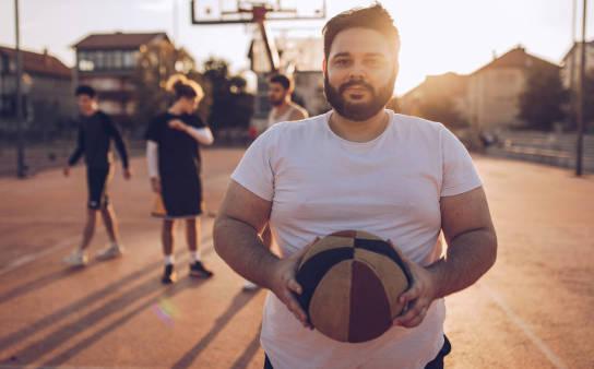 T-shirt męski w dużych rozmiarach – jakie wzory optycznie wyszczuplają?