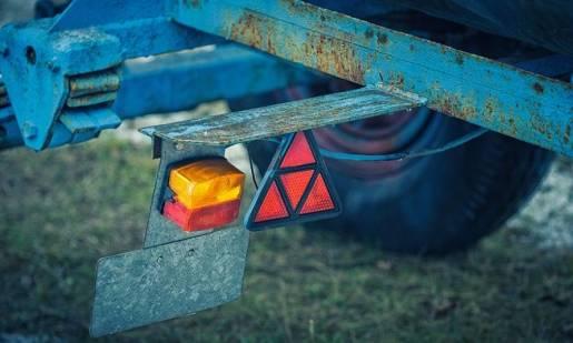 Jakie oświetlenie powinna posiadać przyczepa rolnicza?