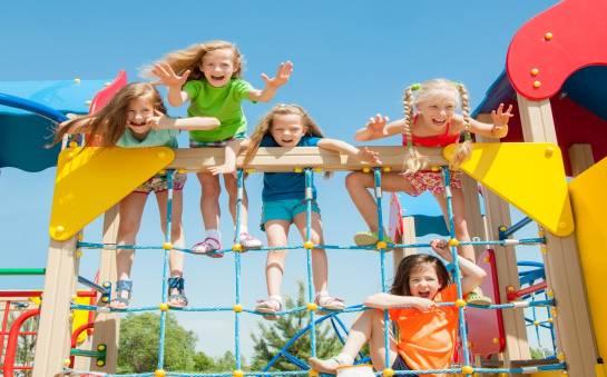 Jakość certyfikowana. Jakie standardy spełniają bezpieczne nawierzchnie na placach zabaw?
