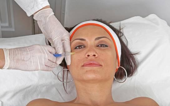 Kwas hialuronowy pod oczy. Jak to działa?