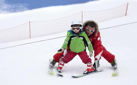 Jak uczyć się jazdy na nartach – indywidualnie czy grupowo?