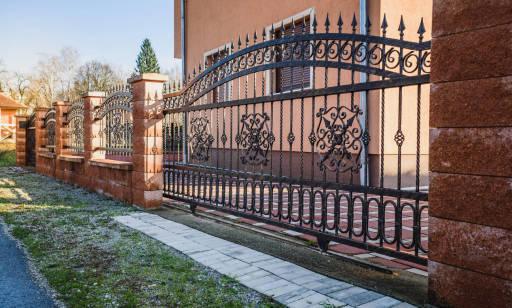 Ogrodzenia metalowe posesji domów w tradycyjnym stylu