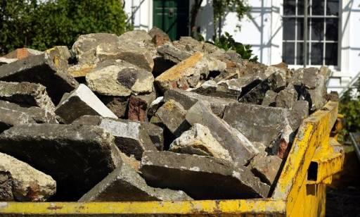 Jakie standardy powinny spełniać kontenery na odpady budowlane?