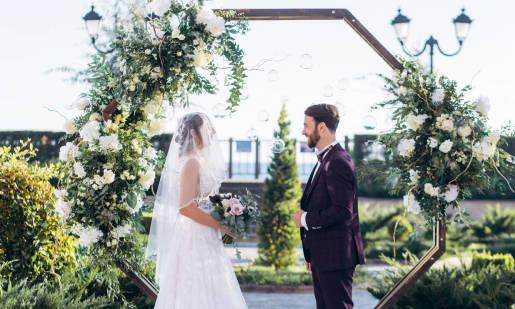 Ślubna oprawa kwiatowa. Które gatunki kwiatów sprawdzą się najlepiej?