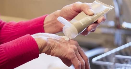 Jak zapobiegać zmarszczkom na rękach?