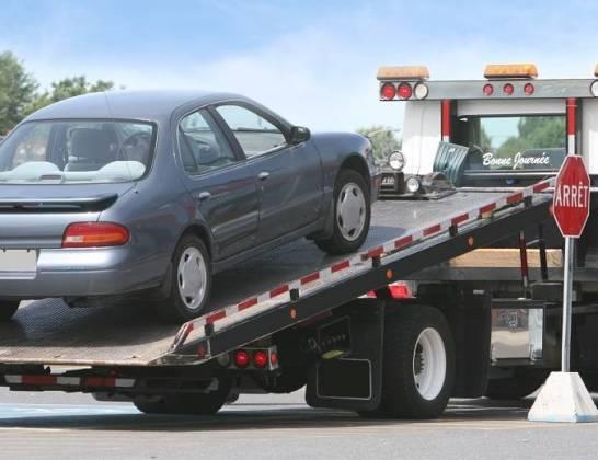 Zasady holowania pojazdów. Jak to robić zgodnie z przepisami?