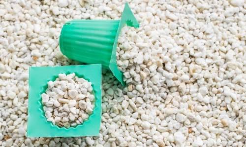 Czym jest perlit ogrodniczy – kiedy go stosować?