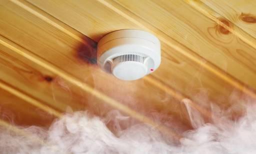 Co przepisy mówią o przeglądach i serwisowaniu systemów oddymiania w budynkach?