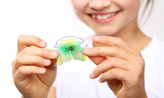 W jakim wieku dziecko powinno zacząć nosić aparat ortodontyczny