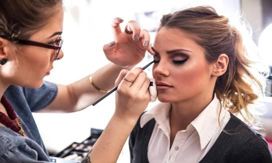Profesjonalny makijaż bez tajemnic – jak zostać wizażystką?