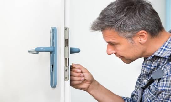 Dlaczego warto korzystać z usług serwisu drzwi?