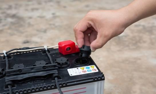 Jak rozpoznać akumulator bezobsługowy?