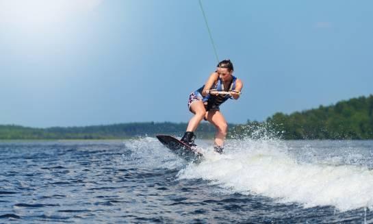 Czym powinny charakteryzować się dobre wiązania do wakeboardingu?