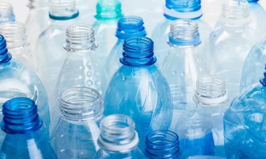 Jak kreatywnie wykorzystać zużyte butelki plastikowe?