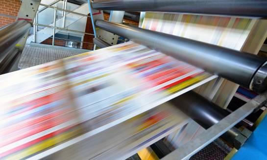 Metody zastosowania druku wielkoformatowego – banery, roll-upy, siatki mesh i folie samoprzylepne