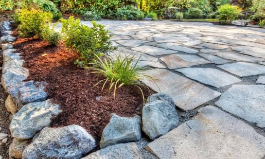 Zalety kamienia ogrodowego