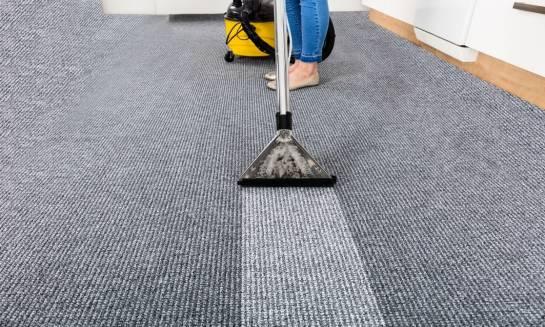 W jaki sposób wykonuje się pranie dywanu?
