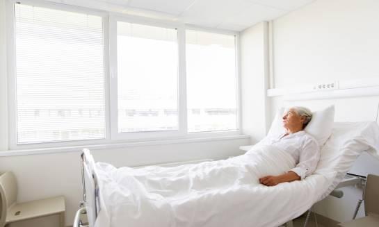 W co powinna być zaopatrzona każda sala chorych?