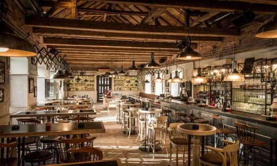 Restauracja z wystrojem z drewna – miejsce z klimatem