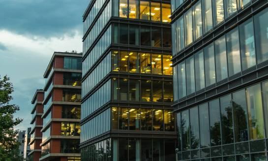 Dlaczego warto wynająć biuro w biurowcu?